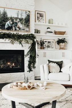 20 Living Rooms With Attractive Mantel Decor For Every Season 03