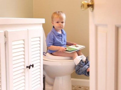 20 طريقة لتدريب الطفل علي الحمام