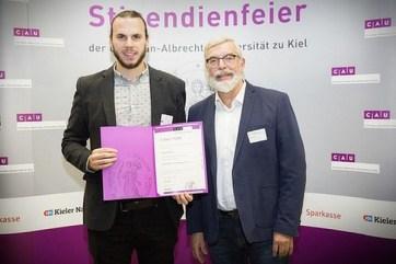 Überreichen der Urkunde zum Deutschlandstipendium