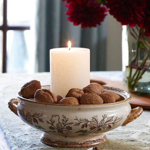Để tạo cảm giác ấm áp, bạn có thể đặt một cây nến trong 1 chiếc bát đựng hạt dẻ hoặc bất cứ loại hạt nào.