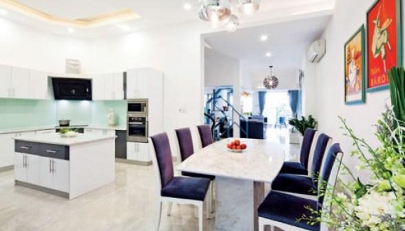 Không gian thoáng, nội thất đơn giản tạo sự dễ chịu cho phòng ăn và bếp.