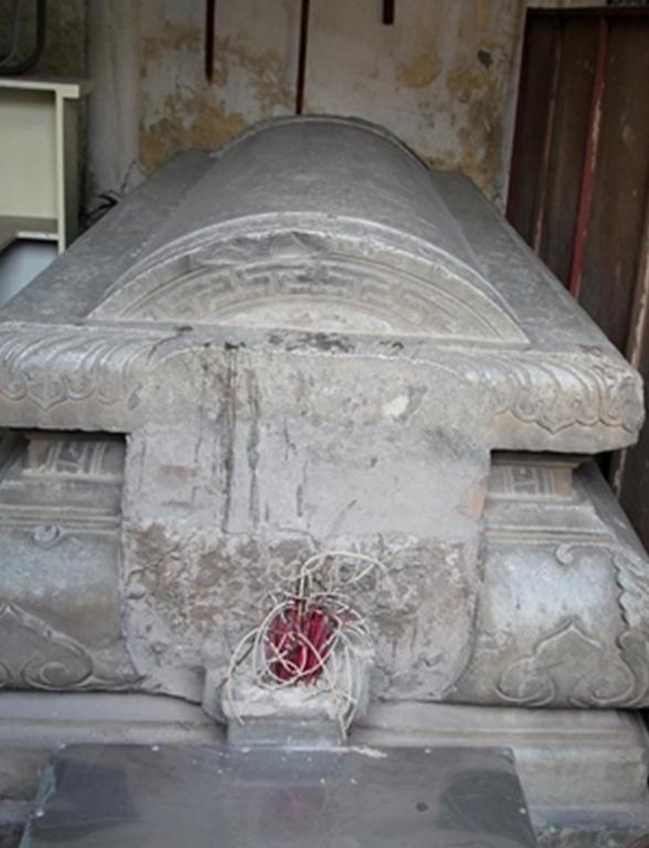 Quan tài bằng đá để thờ nay bị xếp vào một góc như nhà kho.