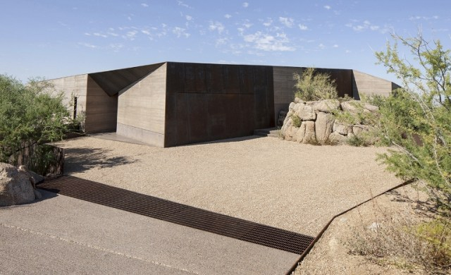 53d44cf5c07a80452b000069_desert-courtyard-house-wendell-burnette-architects_desert_courtyard_02