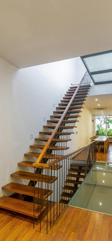 Để giảm thiểu tải trọng lên hệ thống kết cấu cũ, cầu thang bê tông được thay thế bằng cầu thang thép. Ảnh © Hoàng Lê