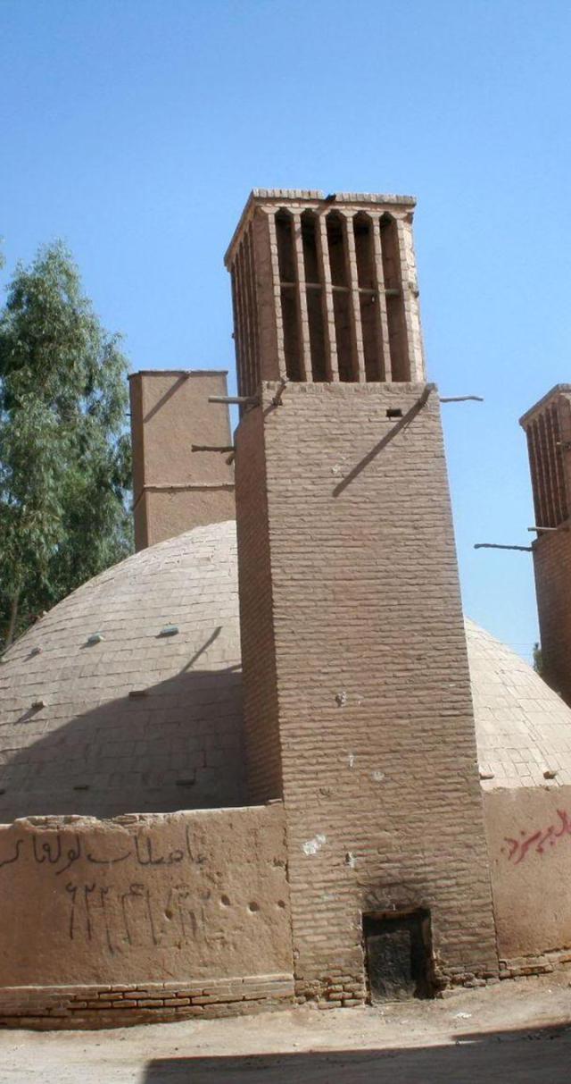 Hình 10: MÁI VÒM VÀ THÁP GIÓ của bình chứa ở Yazd có ở đây. Tháp cao khoảng 12m, bình chứa sâu khoảng 12m và có thể chứa khoảng 1,000 mét khối nước. Nguồn: Flickr.com