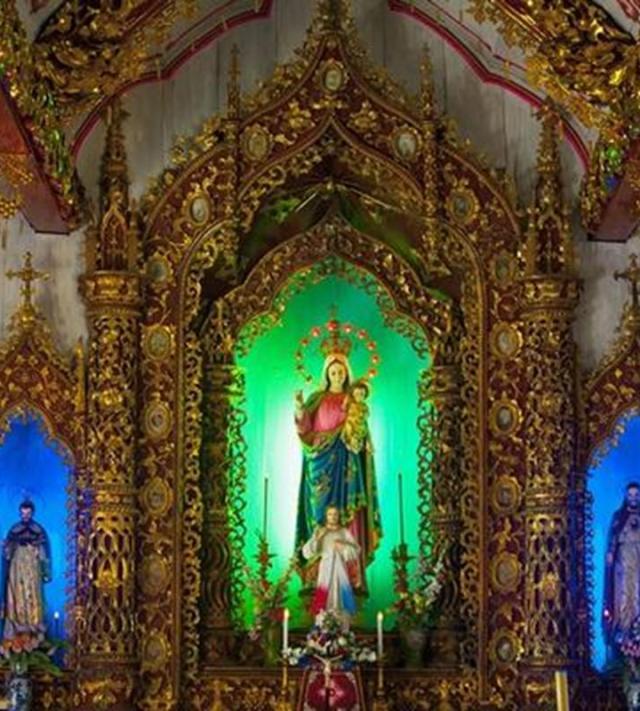Là nơi sinh hoạt tôn giáo của giáo dân địa phương, nhà thờ được trang trí các hoa văn, họa tiết mang đậm bản sắc dân tộc, tạo ấn tượng, vừa trang nghiêm huyền bí, vừa hết sức gần gũi.