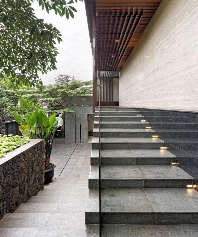Đá tự nhiên như andesit và đá cẩm thạch được sử dụng trong xây dựng nhằm mang lại vượng khí trong ngôi nhà.
