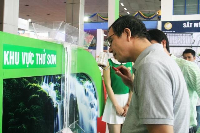 Người tiêu dùng thử nghiệm tính năng không mùi của sơn Spec