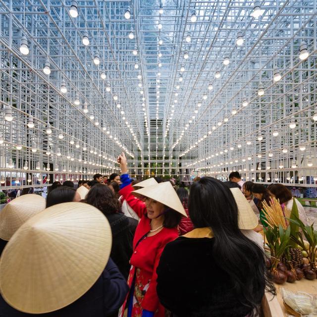 công trình thể hiện sự hội nhập của người Việt Nam đối với cộng đồng quốc tế là những gian hàng xung quanh
