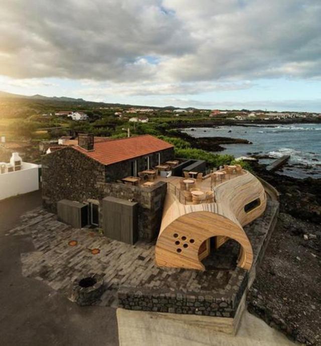 Nhà hàng ở Bồ Đào Nha được thiết kế gần gũi với thiên nhiên khi nằm ngoài trời mà không cần mái che và toàn bộ các vật dụng đều làm bằng gỗ. Ở đây, thực khách vừa được thưởng thức đồ uống vừa được ngắm biển cả, hít thở không khí mát lành.