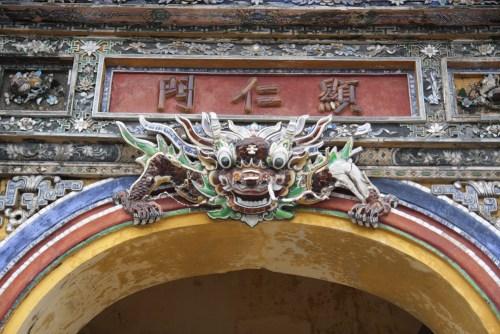 Hình quỷ La Hầu ở cửa cồng Hiển Nhân môn ( tác giả)