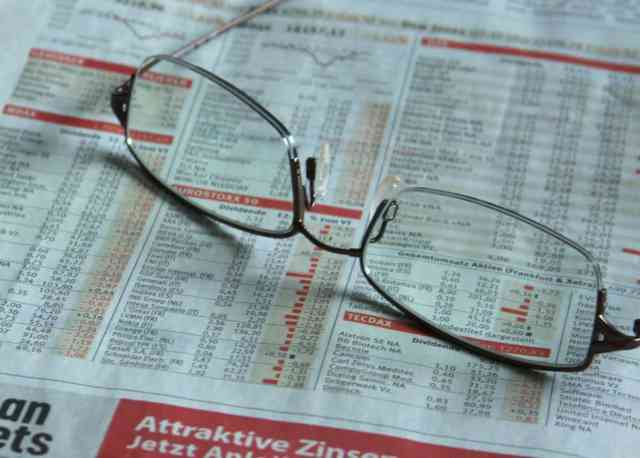 news_stock_newspaper_glasses_e-731047