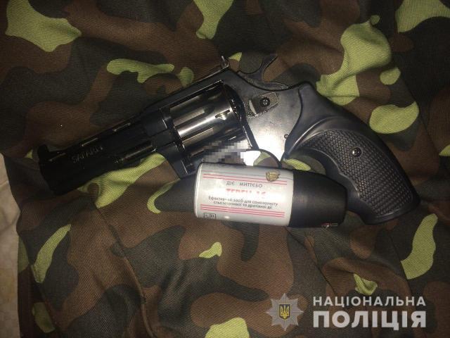 В Киеве в Дарницком районе мужчина, работающий дворником, напал на двух человек без определенного места жительства
