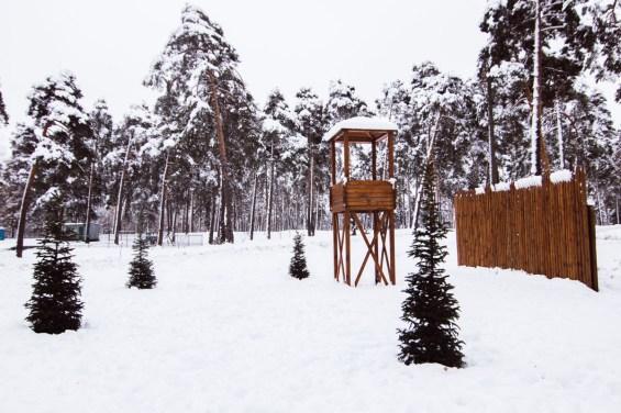 Кроме того, на территории стоят деревянные вышка и забор