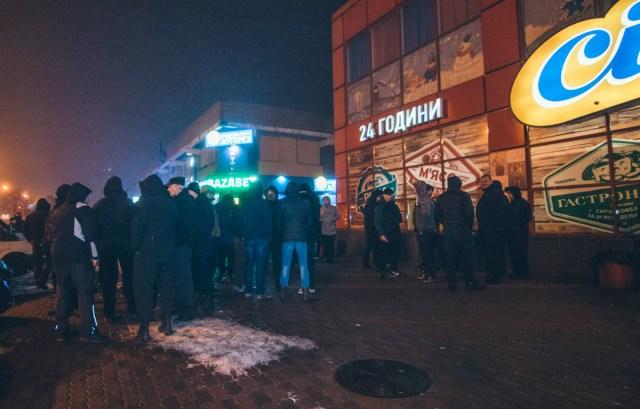 Около 21:00 у здания ТЦ начали собираться крепкие молодые люди в балаклавах