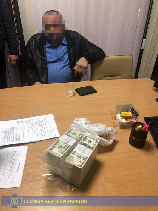 """Екс-заступник гендиректора оборонного заводу """"Маяк"""" затриманий на хабарі 2,5 млн доларів. Відео"""