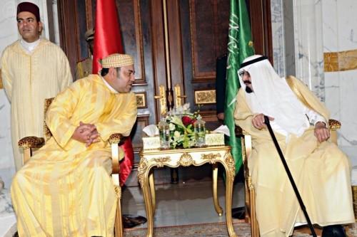إضافة إلى النجاح الديبلوماسي والاقتصادي للجولة.. الزي التقليدي للملك يبهر في الخليج (صور)