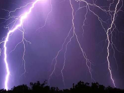 الله يحضر السلامة.. عواصف وأمطار قوية قد تصل إلى 200 ملم