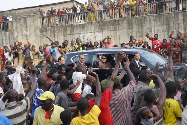بالفيديو والصور.. استقبال الملك في غينيا