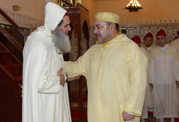 بالفيديو والصور.. الفيزازي يصلي بالملك