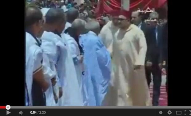 الداخلة.. الملك يصلي في مسجد السلام (فيديو)