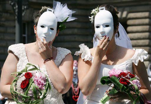 دْخول الصحة هادا.. فرنسيون يطالبون المغرب بإباحة زواج المثليين