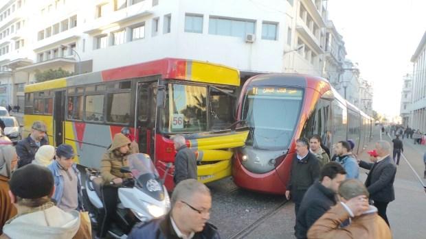 كازا.. ترامواي يصطدم بحافلة لنقل الركاب (صور)