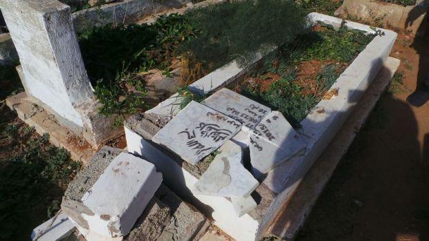 بالصور.. تخريب مجموعة من القبور في المحمدية