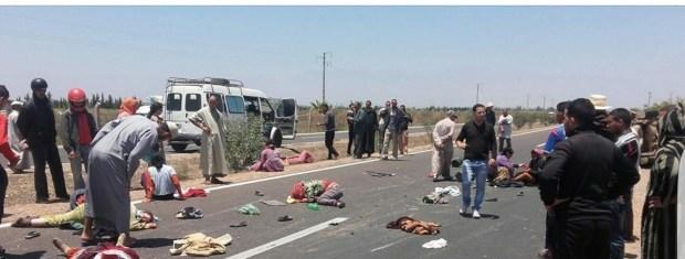 تارودانت.. إصابة 17 عاملة بعد انقلاب بيكوب (صور)