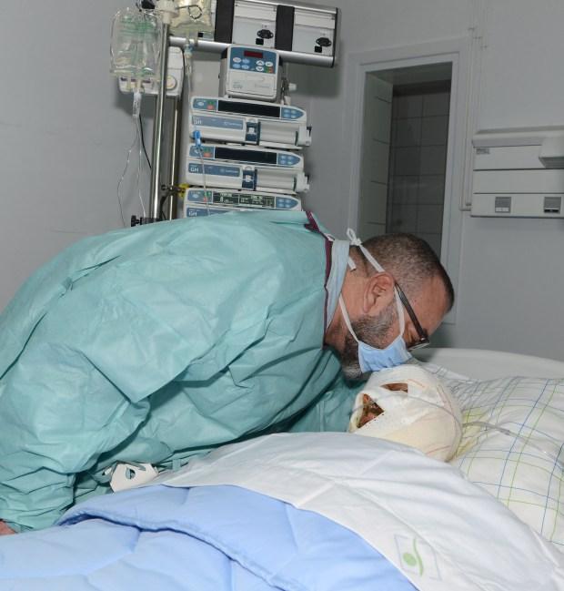 صورة مؤثرة.. الملك يزور مصابا في فاجعة أكادير