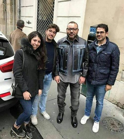 من باريس.. صورة أخرى للملك مع شباب مغاربة