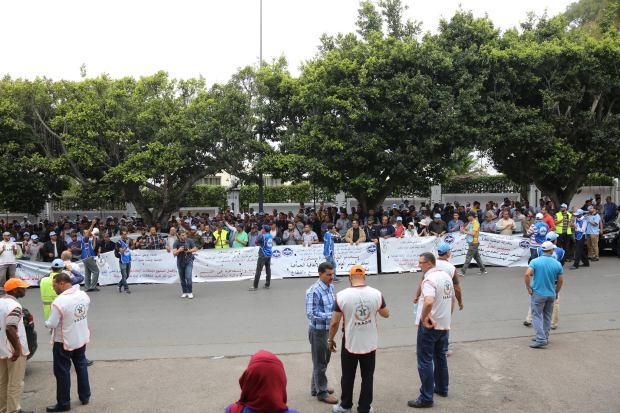 بالصور.. مستخدمو لوطوروت يحتجون أمام مقر وزارة التجهيز