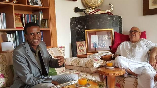 كيقلد صوتو في برامج إذاعية وتلفزية.. ابن كيران كيموت بالضحك مع الكوميدي الشرقاوي (صور وفيديو)