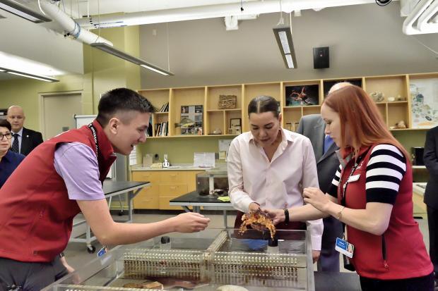 بالصور.. الأميرة للا حسناء تزور مركز فانكوفر للعلوم والأبحاث البحرية