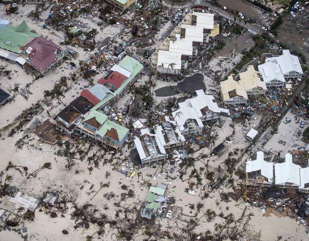 بالصور والفيديوهات.. إعصار إيرما يبث الرعب