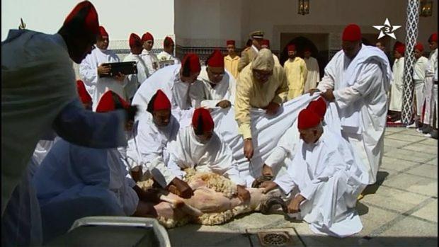 الرباط.. الملك يؤدي صلاة العيد وينحر الأضحية ويتقبل التهاني