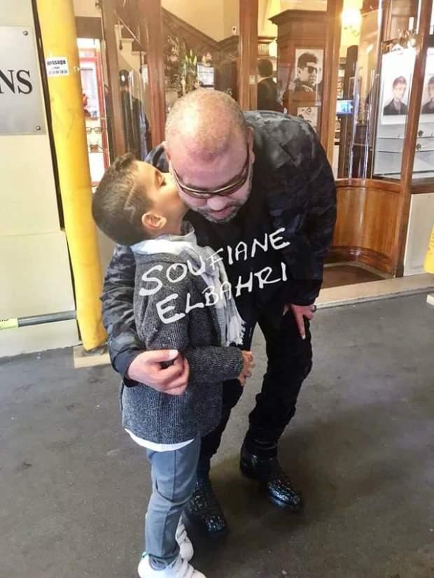 صورة من باريس.. طفل يضع قبلة على خد الملك