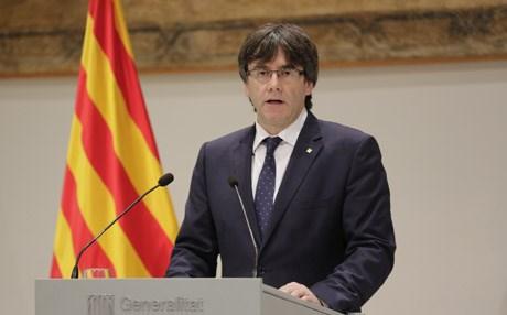 حماضت فإسبانيا.. رئيس إقليم كاتالونيا يعلن الاستقلال!