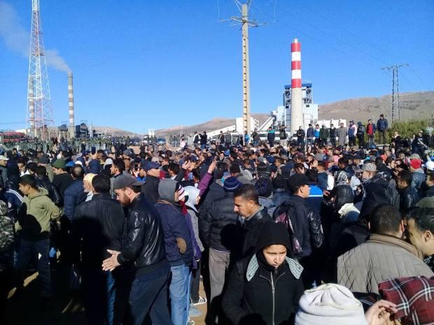 بالصور والفيديو من جرادة.. احتجاجات وشعارات أمام المقبرة