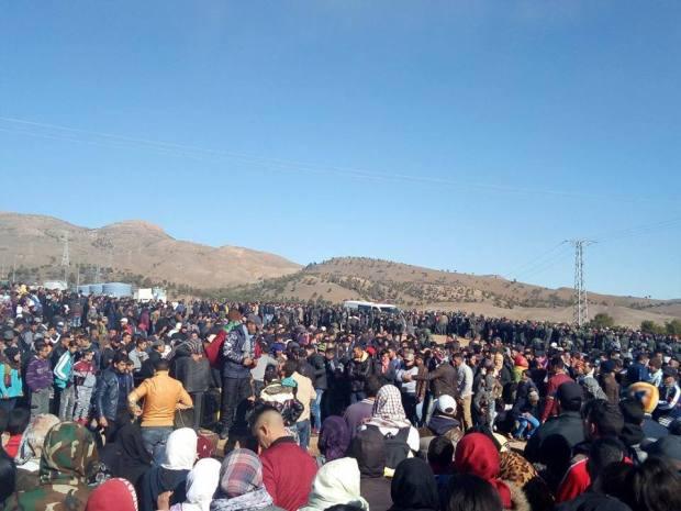 """بالصور والفيديو من جرادة.. محتجون يمنعون السلطات من دفن """"قتيلي الساندريات"""" دون صلاة جنازة"""