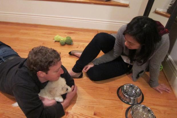 يحتل مكانة كبيرة في قلبه.. مارك زوكربيرغ وكلبه على فايس بوك (صور)
