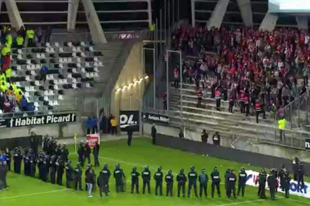 فرنسا.. انهيار حاجز المدرجات في ملعب ليكورن