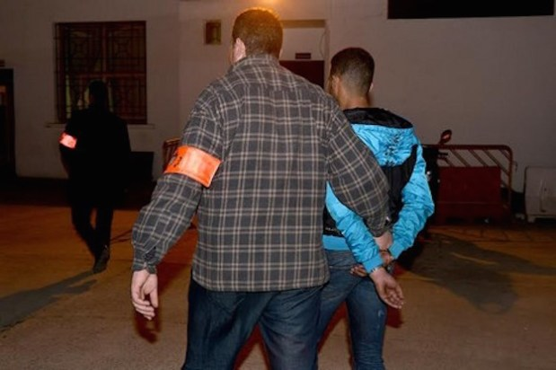 مخدرات وكحول وتهديد شرطي ومسدس.. تفاصيل اعتقال بزناس في برشيد