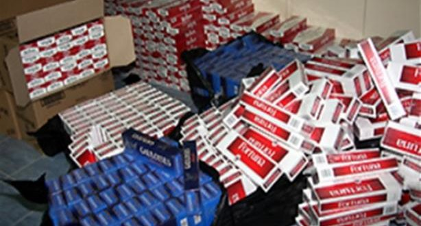 كانت في شاحنة تحمل لوحة ترقيم مزورة.. حجز أكثر من 100 ألف علبة سجائر مهربة قرب تزنيت