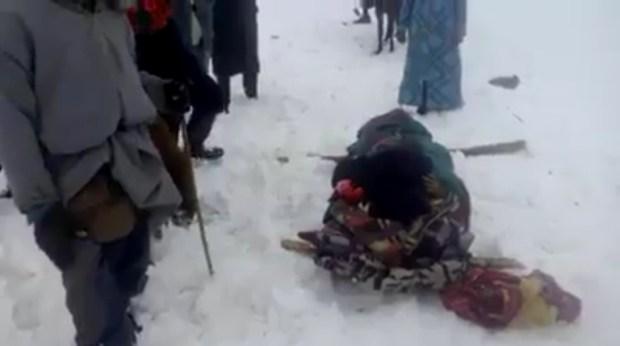 سلطات إقليم أزيلال: المرا الحاملة اللي بانت في فيديو وسط الثلج ماماتتش