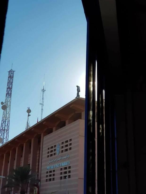 بالفيديو من مراكش.. بوليسي بغا ينتحر من فوق ولاية الأمن