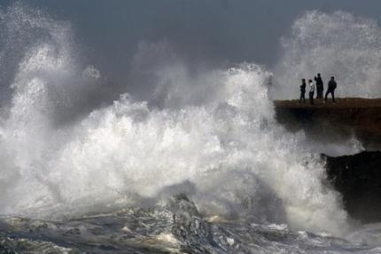 الناس اللي قراب للبحر يردّو البال.. أمواج عالية اليوم وغدا