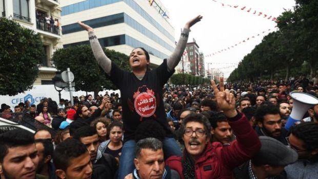 أكثر من 330 مُعتقلا وتأجيل مباريات كرة القدم.. تونس تغلي