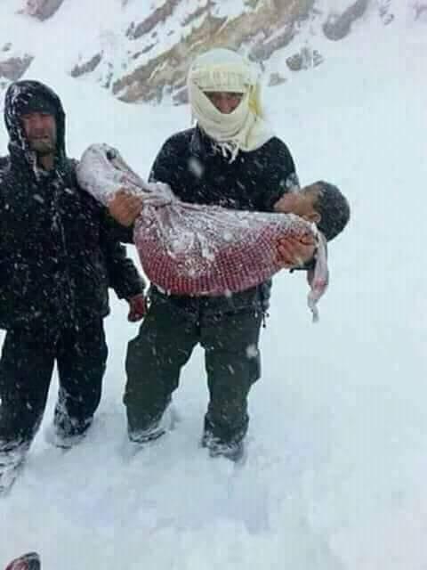 وزارة الداخلية تكشف حقيقة صورة رجل يحمل جثة طفل.. ردّونا بحال سوريا!!