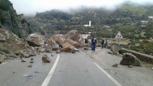 بالصور من الطريق بين شفشاون والحسيمة.. انهيارات صخرية